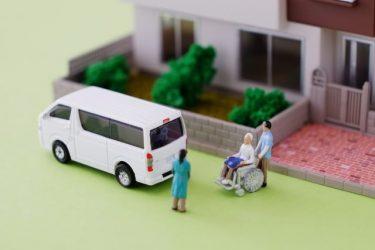 介護をする介護士